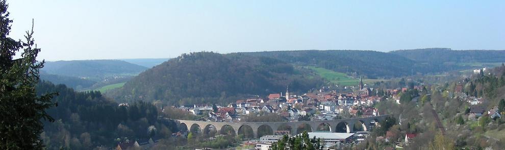 Arkadenbrücke und Stadt im Schwarzwald eingebettet